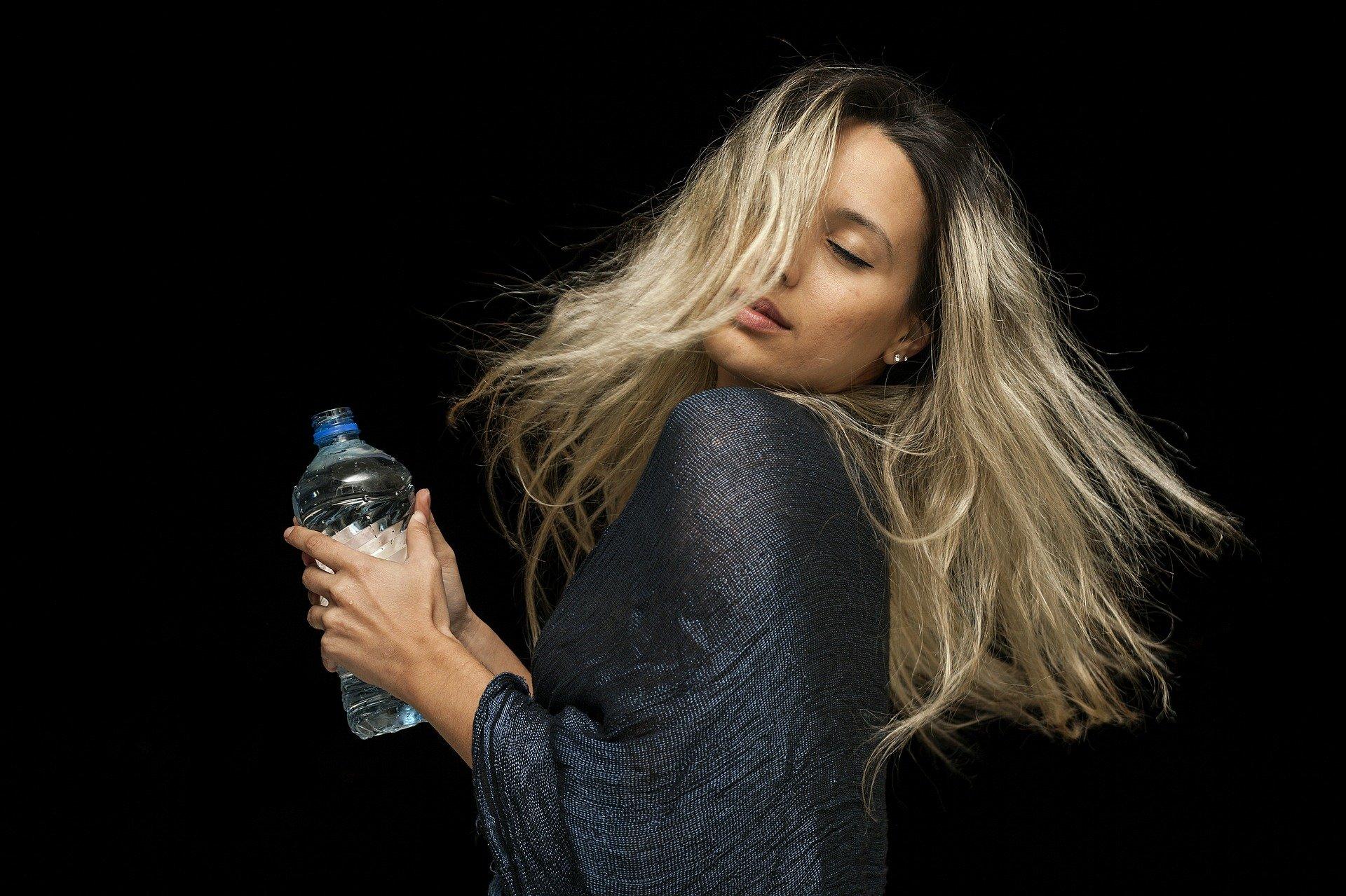 femme avec une bouteille d'eau